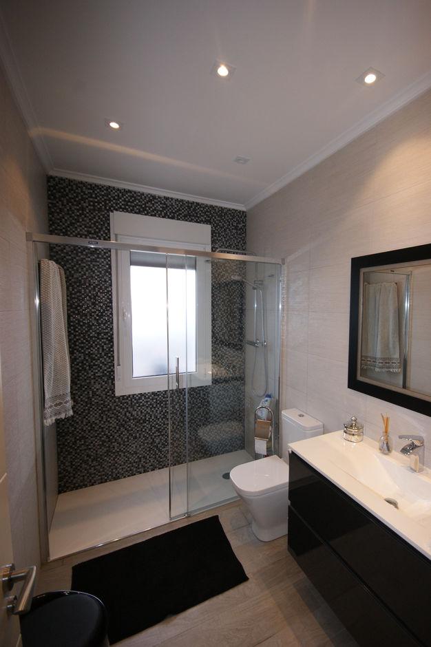 Baño luminoso en Amorebieta en blanco y negro - Vista 4