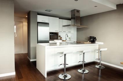 Reformas de cocinas distribución de la cocina con barra de desayunos