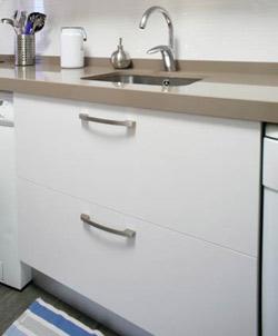 reforma de la cocina, módulos con grandes gavetas blancas y tirador inox