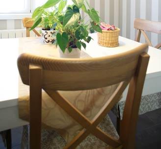 mesa lacada en blanco y sillas clásicas