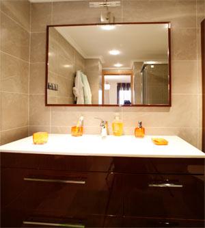 Reformar el baño ganando espacio y calidez • Reformas Unai ...