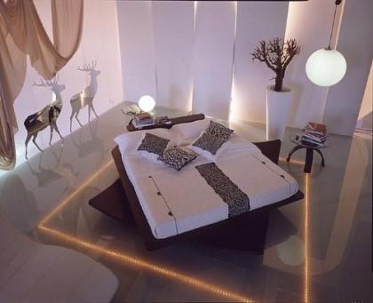 dibujos de ciervos junto a la cama y tiesto alto con arbolito