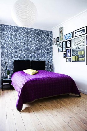 Decorar un dormitorio con muchas fotos en la pared
