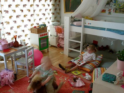 decoración de una habitación de bebé con literas