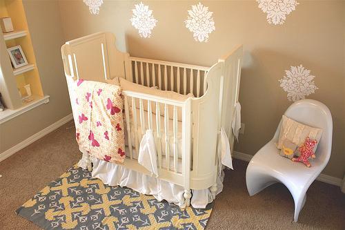 decoración de una habitación de bebé cuna