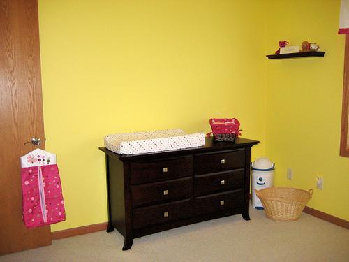 decoración de una habitación de bebé muebles