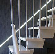 Salón con elementos singulares y acertados - detalle luz escalera