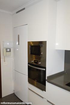Distribución cocina frigorífico torre horno y microondas