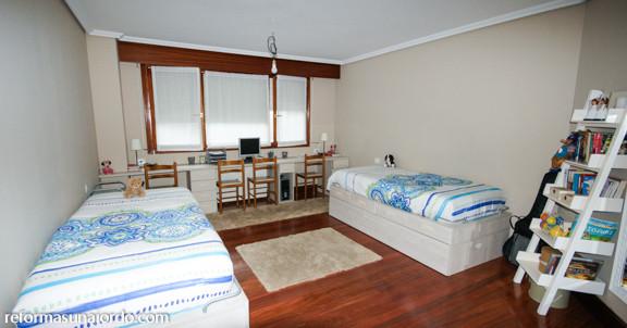 Dormitorio juvenil con distribución simétrica