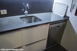 Encimera gris en rehabilitación integral de un piso en Amorebieta