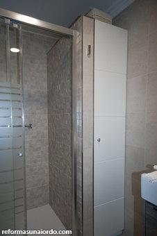Falso armario empotrado alto con puerta lacada en blanco