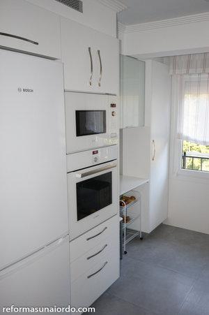 Reforma de cocina con frente en tonos blancos